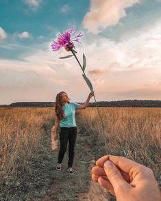 tiktok tips 30 Forced Perspective Fotografie-Ideen, die Sie stehlen mssen! Portrait Photography Poses, Tumblr Photography, Creative Photography, Amazing Photography, Photography Tips, Photography Aesthetic, Portrait Art, Photography Lighting, Photography Backgrounds