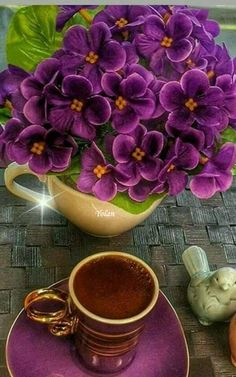 Coffee and flowers Good Morning Coffee, Coffee Break, Goog Morning, Night Coffee, Coffee Cafe, Coffee Drinks, Coffee Images, Coffee Pictures, Spiced Coffee