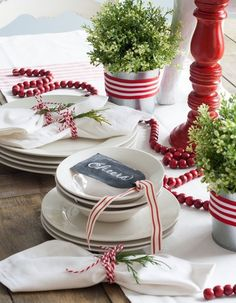 O bim.bon fez uma curadoria de materiais e objetos que recriam as tradições e fez um guia ousado e minimalista para deixar a decoração natalina mais cool.