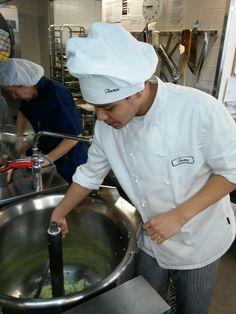 1.  Nyt on saatu uusi työssä oppija meille ja Teemu valmistaa tomaattikeittoa kahvioon! Sipulit kuullottumassa padassa!