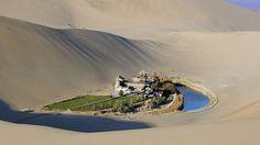 Le lac du Croissant de lune, une oasis au milieu d'un désert en Chine. Situé à environ 6 km au sud de la ville de Dunhuang, dans le nord-ouest de la Chine, ce point d'eau existerait depuis 2000 ans.   http://blog.infotourisme.net/le-lac-du-croissant-de-lune/