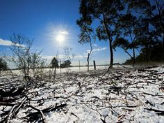 John Allen, estudante da Universidade de Melbourne, fez esta foto em um dia gelado em Marong, Victoria. Ele se deitou no chão forrado de gelo, depois de uma chuva leve de granizo. E a foto foi a escolhida para junho  Foto: Escritório de Meteorologia da Austrália/John Allen/BBC Brasil