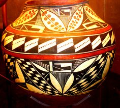 native american indian pottery from new mexico Native American Design, Native American Pottery, Native American Artifacts, Native American Tribes, American Indian Art, Native Americans, Native Indian, Native Art, Vases