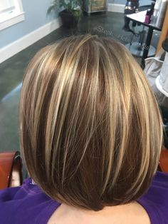 The ombre hair trend has been seducing for some seasons now. More discreet than tie and dye, less classic than sweeping, this new technique of hair. Bobs For Thin Hair, Short Hair With Layers, Short Hair Cuts, Brown Hair With Blonde Highlights, Hair Color Highlights, Medium Hair Styles, Short Hair Styles, Hair Color And Cut, Pinterest Hair