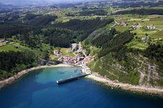 Tazones famosa por ser la villa donde el emperador Carlos V piso por primera vez la peninsula alla por el 1517 para ser coronado rey . Asturias