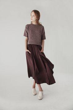 Look monocromático com pesos diferentes - blusa estruturada e saia fluida Mais