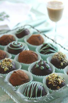 Saving room for dessert: Bailey's Irish Cream Chocolate Truffles. These are the best truffles ever. Köstliche Desserts, Delicious Desserts, Yummy Food, Healthy Food, Baileys Recipes, Irish Recipes, Fudge, Baileys Irish Cream, Truffle Recipe