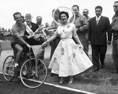 1955. Étape du Tour de France Châtellerault - Tours, contre-la-montre individuel. Le prix de la courtoisie pour Lazaridés. Touraine Loire Valley  Photo archives NR, Robert Lozelli
