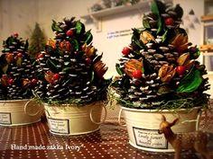 松ぼっくりのクリツマスツリー Christmas Diy, Christmas Wreaths, Merry Christmas, Clay Charms, Pine Cones, Handicraft, Diy Gifts, Diy And Crafts, Holiday Decor