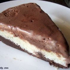 Chocolate Vanilla Icecream Cake - Easy to make homemade ice cream cake. Sure to satisfy your craving for chocolate. An even balance between vanilla and chocolate.