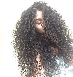 To have beautiful curls in good shape, your hair must be well hydrated to keep all their punch. You want to know the implacable theorem and the secret of the gods: Naturally curly hair is necessarily very well hydrated. Black Curly Hair, Long Curly Hair, Big Hair, Wavy Hair, Curly Hair Styles, Natural Hair Styles, Curly Girl, Fresh Hair, Gorgeous Hair