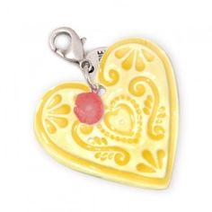 Doe je ogen dicht en denk aan lente in Parijs, een zacht briesje, liefde in de lucht, een aardig woord in je oor… Deze exclusieve Applepiepieces hanger is het allemaal net als 'de liefde'. Zo poederzacht van kleur, sterling zilver, lieve koraalbloempje, het klopt helemaal.Het porseleinen hart (45 mm) is exclusief ontworpen door Mariko Naber en handgemaakt van keihard aardewerk. Deze hanger staat, door kleur- en symboolgebruik, in het kort voor liefde, plezier en vriendschap.