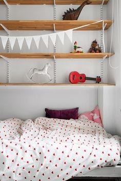 sovrum sängkläder bokhylla gunghäst gitarr leksaker
