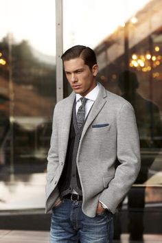 A brown wool blazer and navy jeans are absolute staples if you're piecing together a smart casual wardrobe that matches up to the highest menswear standards. Sharp Dressed Man, Well Dressed Men, Mode Masculine, Stylish Men, Men Casual, Smart Casual, Casual Jeans, Casual Clothes, Formal Casual