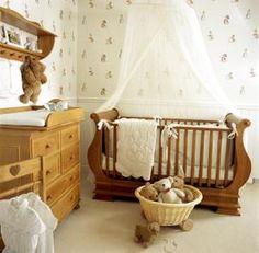Móveis cor de madeira com decoração predominante em branco.... delicado, modesto e chic