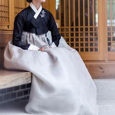 흔치 않은 기회로, 따끈따끈하게 막 지어진 옷을 손님께서 바로 착용하고촬영한 사진도 덧붙이게 되었습니다. 재일교포이시면서 일본에 사시는손님께서 최근에 한국에서 한복사진을 촬영하셨어요. 곧 한꺼번에 공개할 예정인 사진 중 몇 컷만 먼저 공개합니다. 더 많은 사진은 블로그로 방문해 주세요. orimi.co.kr  #오리미한복 #오리미 #orimi #한복 #hanbok #koreantraditionalclothes