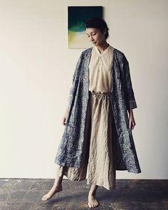 「All round コート」 いくつもの季節をまたいでコーディネートできる相性の良いリネン。 その上品さとゆったりめの着心地を備えた万能選手的なコート。 細かなタックは着る人の姿を少しタイトに感じさせ、 ボタンの留め方でシルエットを楽しめる。 七分の袖は使いやすさに富み、Naomi Ito のオリジナルテキスタイルを 余すことなく配置したどこか民族衣装的な雰囲気を放つ「ori-some」と 幅広くコーディネイトに合わせて活躍するカラーバリエーションが揃う。 http://online.naniiro.jp/?pid=99849625 #naniiro
