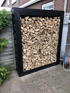 Blokhut gekleurd met diepzwarte Rambo - Lilly is Love Small Courtyard Gardens, Small Courtyards, Back Gardens, Outdoor Gardens, Outdoor Firewood Rack, Firewood Shed, Firewood Storage, Log Shed, Wood Store