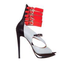 Nicholas Kirkwood                                                                                                      Escarpins blanc et noirs en cuir avec multi-attaches en cuir rouge