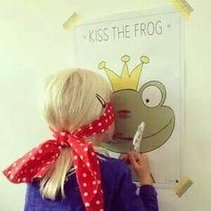 Kinderfeestje: kus de kikker met lippenstift geblinddoekt