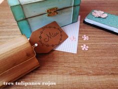 Tres Tulipanes Rojos: Regalo especial para Mica: Caja de madera pintada a mano estilo vintage con sello de caucho personalizado, almohadilla de tinta negra y tags de papel kraft.
