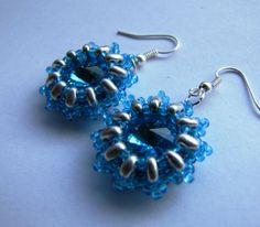 Modrostříbrné Náušnice z modrými skleněnými rivolkami,které nejsou swarovski ,obšitými twinem a rokajlem.