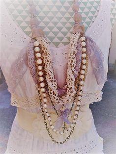 Collier en dentelle et satin vintage, shabby chic romantique. Collier sautoir multirangs, bronze antique et véritables perles d'eau douce. de la boutique PinkWaterShop sur Etsy