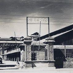 1938, entrada a la fábrica Sociedad Anónima Cros, situada donde hoy está el…