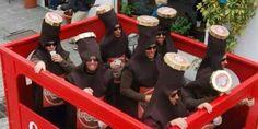 Este es uno de los disfraces en grupo más originales que hemos visto (con permiso del de montaña rusa, emoticonos de WhatsApp o pandilla Mario Kart).  Un grupo de amigos encerrados en una caja de cervezas y vestidos de botellines. El ...