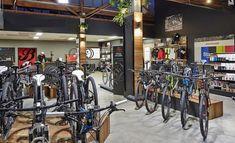 dicas para montar uma bicicletaria Bicycle Store, Shops, Retail Concepts, Showroom Design, Bike Parking, A Boutique, Indoor, Interior, Shopping