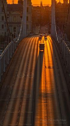 Long shadow / Hosszú árnyék - The first rays of the Sun in Budapest, on the Erzsébet Bridge. / A Nap első sugarai Budapesten, az Erzsébet hídon