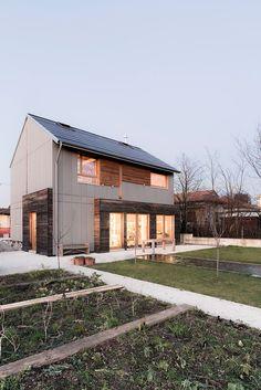 besonderes Haus in passender grundform mit besonderer Fassade, toller Terasse und Garten mit Gemüsebeeten