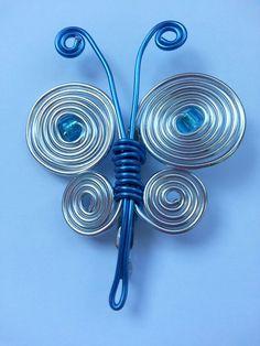 Mariposa de alambre en tonos azules