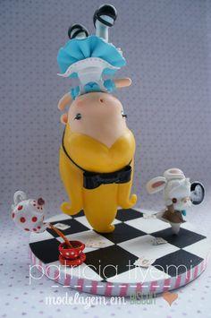 https://flic.kr/p/zcdoD2 | Alice | Um projetinho antigo que finalmente foi transformado em realidade! Minha Alice! <3 O relógio do Coelho funciona de verdade. An old personal project finally done! My Alice! <3 The little clock really works. Estilo de modelagem: Fofinho Material: Porcelana Fria (Biscuit) Altura: 20 cm Diâmetro da base: 15 cm Contato: tiyemicriacoes@gmail.com Facebook: www.facebook.com/tiyeminagase Instagram: instagram.com/patriciatiyemi/