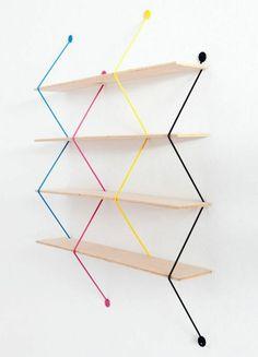 diy wandregal aus holz und bunten seilen weiße wand wandgestaltung creative idee