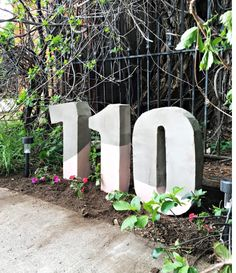 Oversized painted cement house numbers Source by janicecoffee Concrete Crafts, Concrete Projects, Concrete Garden, Diy Concrete Mold, Large House Numbers, Diy House Numbers, Cement House, Number Crafts, Patio Enclosures