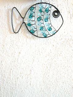 Rybička - ploutvička Rybka je černého žíhaného drátu, která je dozdobená plastovými zlomky. Velikost je cca 8x6cm. Rybička se hodík pověšení např. na okno, do koupelny...  Drát je ošetřen proti korozi, ve velmi vlhkém prostředí může chytit patinu rzi. Cena za kus.