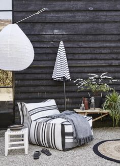 zwart-wit tuin en terras Black-white-gray striped lounge chair, both indoors and outdoors. Combines beautifully with black and bamboo Outdoor Rooms, Outdoor Gardens, Outdoor Living, Outdoor Decor, Cool Umbrellas, Patio Umbrellas, Exterior Design, Interior And Exterior, Parasols