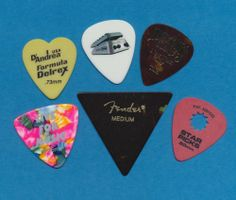 6 guitar picks  (lot 20)