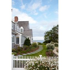 Oh Nantucket...you're so dreamy.  Had to share this picture perfect coastal cottage via @coastal_living. Happy Friday! #kathykuohome #interiordesign #CoastalBeach