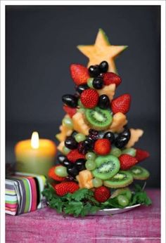 un arbre de noel en fruits