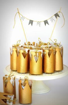 What a cool idea! Cut cardboard tubes into crowns. Spray paint and put in a bottom before filling with gold chocolate coins!