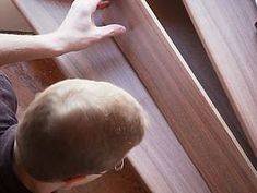 Laminat auf Treppen verlegen, Setzstufe einpassen, Foto: BHK Holz- und Kunststoff KG H. Kottmann