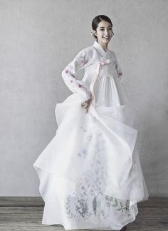 청담 한복 맞춤,한복대여를 한번에 Traditional Japanese Kimono, Korean Traditional Dress, Traditional Fashion, Traditional Dresses, Oriental Fashion, Asian Fashion, Hanbok Wedding, Korea Dress, Modern Hanbok