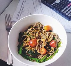 Spaguettis integrales con ensalada y tomates cherry