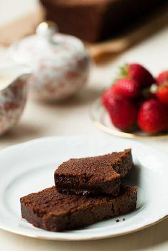 #Cake de #chocolate con salsa de chocolate blanco ~ Lost in Cupcakes  #baking #reposteria
