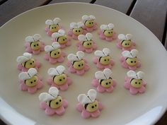 Mossy's masterpiece buzzy bee cupcake toppers by Mossy's Masterpiece cake/cupcake designs Cupcake Toppers, Cookies Cupcake, Bee Cupcakes, Fondant Toppers, Cupcakes Design, Cake Designs, Fondant Bee, Bee Cookies, Bacon Cupcakes
