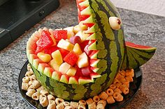 Melonen-Hai Melon shark, a very nice recipe from the dessert category. Avocado Recipes, Vegan Recipes Easy, Cute Easter Desserts, Watermelon Carving, Healthy Fruits, Food Humor, Party Snacks, Creative Food, Food Art