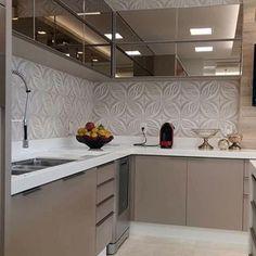 Espelho bronze e um lindo revestimento na cozinha. Amei! - Inspiração via @decoreseuestilo -  Me acompanhe também no @pontodecor e @maisdecor_ - www.homeidea.com.br Face: /homeidea Pinterest: Home Idea #homeidea #arquitetura #ambiente #archdecor #archdesign #projeto #homestyle #home #homedecor #pontodecor #revestimento3D #homedesign #photooftheday #interiordesign #interiores #picoftheday #decoration #revestimento #decoracao #architecture #archdaily #inspiration #project #regram #home #casa