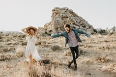 Joshua Tree Engagement Photos // Casey, aka Officially Quigley, her fiancé Alex and I woke up at to catch sunrise over the desert. Engagement Photo Outfits, Engagement Photo Inspiration, Engagement Couple, Engagement Pictures, Engagement Session, Engagements, Country Engagement, Fall Engagement, Maternity Session